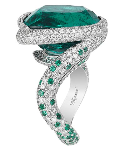 - <b>Ring</b> in18ct white gold  featuring a14.8cts cushion-shaped emerald and set withbrilliant-cut diamonds (1.6cts) and brilliant-cut emeralds - <b>Ref.: 820755-1012</b>