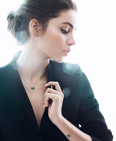 - <b>Amulette de Cartier </b><br>Pendant Extra-small Model - Pink gold, malachite, adiamond, chain inpink gold<br>Bracelet Extra-small Model - Pink gold, malachite, adiamond