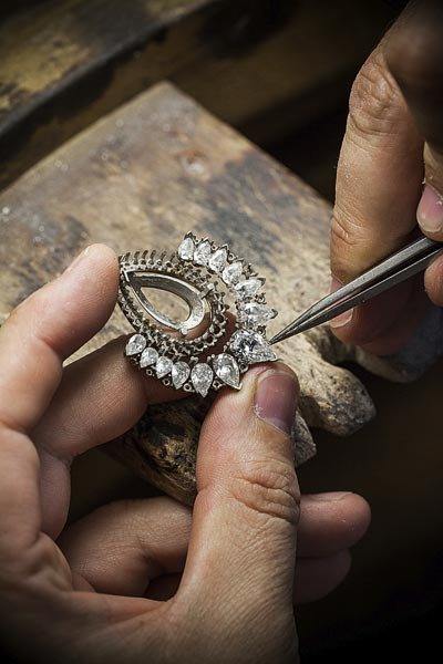 - Jewelry work, adjusting the prong setting - © Van Cleef & Arpels