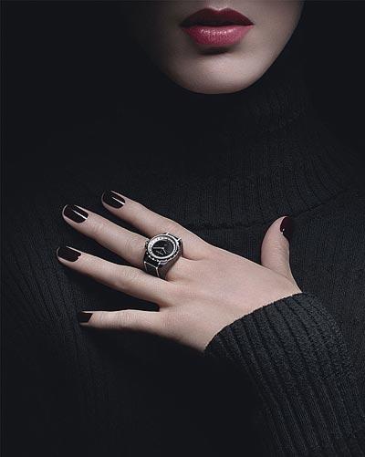 Montre CHANEL J12∙XS Bague Haute Joaillerie - 19 mm, mouvement quartz, céramique high-tech* noire etor blanc 18K, rehaut serti dediamants taille baguette, cadran noir enonyx, couronne enor blanc 18K serti d'un diamant rond facetté.