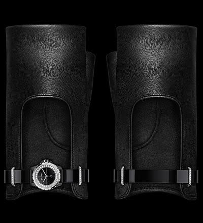 Montre CHANEL J12∙XS Gants Noirs - Édition limitée à 150 pièces. 19 mm, mouvement quartz, boîte encéramique high-tech* noire etacier, rehaut serti dediamants, cadran laqué noir. Bracelets enveau verni noir, paire degants enagneau noir, boucles ardillon enacier etpassants enacier serti dediamants. Possibilité delaporter avec ou sans lesgants.