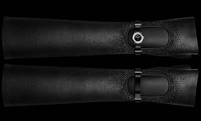Montre CHANEL J12∙XS Gants Courts Lesage &Causse - Pièce unique. Céramique high-tech* noire etacier. Rehaut serti de32 diamants taille brillant - 0,27 carat. Cadran laqué noir. Couronne non vissée. 2 bracelets enveau verni noir et2 gants courts enagneau noir brodé à lamain parlamaison Lesage avec desperles deverre. 4 passants enacier serti de32 diamants taille brillant - 0,16 carat. 2 boucles enacier.