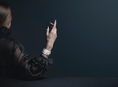 Montre CHANEL J12∙XS Manchette Blanche Petit Modèle - 19 mm, mouvement quartz, boîte encéramique high-tech* blanche etacier, rehaut serti dediamants, cadran laqué blanc. Bracelet enveau verni blanc. Manchette enveau blanc mat, ganses enveau argenté, boucle ardillon etpassants enacier