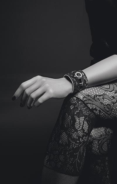 Montre CHANEL J12∙XS Manchette Lesage Noire - Pièce unique. 19 mm, mouvement quartz, boîte encéramique high-tech* noire etor blanc 18K, rehaut serti dediamants taille brillant, cadran noir enonyx, couronne enor blanc 18K serti d'un diamant rond facetté. Manchette enveau brodé à lamain parLesage desequins noirs, billes deverre noir, ganses enveau argenté, lanière enveau verni noir, boucle ardillon enor blanc 18K etpassants enor blanc 18K serti dediamants taille baguette.