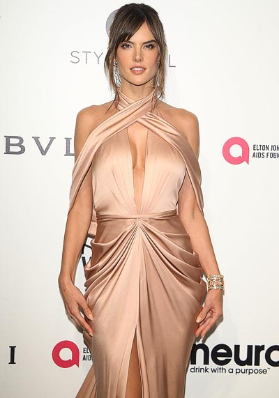 Alessandra Ambrosio wears theHalo Delilah high jewelry earrings withthe Quatre pink gold cuff