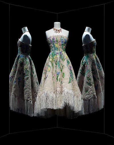 - Maria Grazia Chiuri pour Christian Dior,  Essence d'herbier cocktail dress, Haute Couture, Spring-Summer 2017. Ecru fringe cocktail dress, floral raffia and thread embroidery adomed with Swarovski crystals, derived from a Christian Dior original embroidery. Paris, Dior Héritage.<br>© Photo Les Arts Décoratifs / Nicholas Alan Cope.