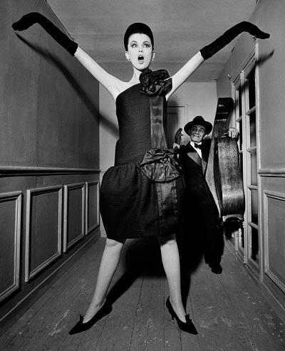- William Klein, Dorothy + Little Bara witha cello, Paris 1960, Moderato Cantabile dress, Fall-Winter 1960 Haute Couture collection, Souplesse, légèreté, vie line, Vogue US, September 15, 1960, models Dorothy McGowan and Little Bara. <br>© William Klein.