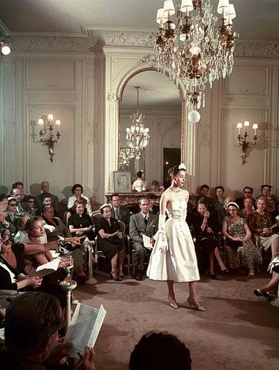 - Eugene Kammerman, model Renée Breton atthe fashion show inthe large salon at30 Avenue Montaigne, 1953. <br>© Eugène Kammerman / Gamma-Rapho.