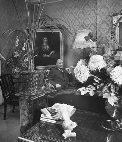 - Frank Scherschel, Christian Dior inhis apartment at10 Rue Royale inParis, 1947. <br>© Gettyimages / Frank Scherschel.