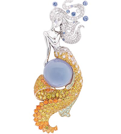 Fée des Mers clip: White gold, yellow gold, round and rose-cut diamonds, blue and yellow sapphires, spessartite and grossular garnets, cabochon-cut chalcedony of23.64 carats.  © Van Cleef &Arpels