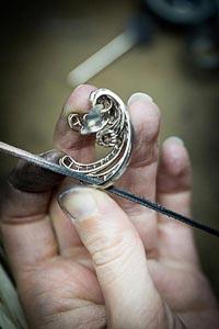 Savoir-faire: Pangée earrings © Van Cleef &Arpels - Polishing work - thread polishing