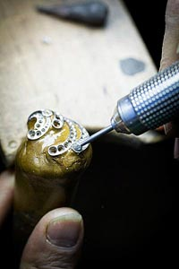 Savoir-faire: Pangée earrings © Van Cleef &Arpels - Setting work - adjusting thestone