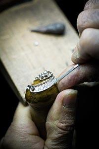Savoir-faire: Pangée earrings © Van Cleef &Arpels - Setting work - bead setting