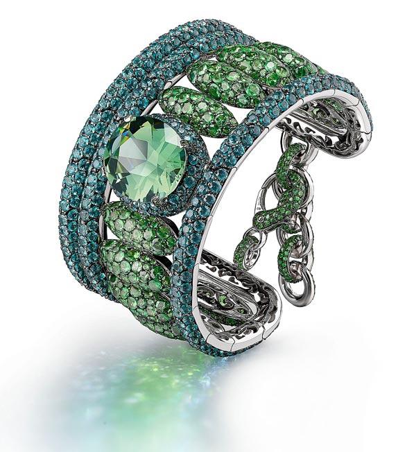 Bracelet Melody of Colours deGrisogono Bracelet enor blanc 18 carats, serti d'un bracelet enor blanc 18 carats. 1 tourmaline vert menthe (20.37 Ct), 562 pierres detopaze Paraiba (40.15 Ct) et1001 tsavorites (33.22 Ct).