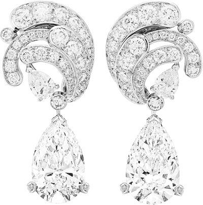 Motifs d'oreilles Écume diamants: Diamonds. Écume diamants pendants, two pear-shaped diamonds of7.05 and 7.08 carats (DIF), diamonds. © Van Cleef &Arpels