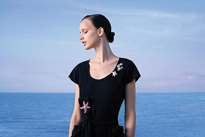 Trois Tortues clip: © Van Cleef &Arpels - Photo by Sonia Sieff – Dress by Gaspard Yurkievich