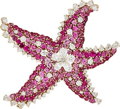 Étoile de Mer clip: Pink gold, round and pear-shaped diamonds, pink sapphires. © Van Cleef &Arpels