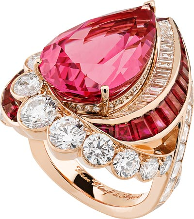 Goutte de spinelle ring: ink gold, round and baguette-cut diamonds, baguette-cut rubies, one pear-shaped pink spinel of14.34 carats. © Van Cleef &Arpels