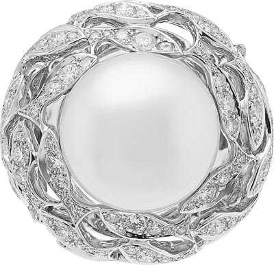 Bal Sous-Marin ring: White cultured pearl and diamonds. © Van Cleef &Arpels