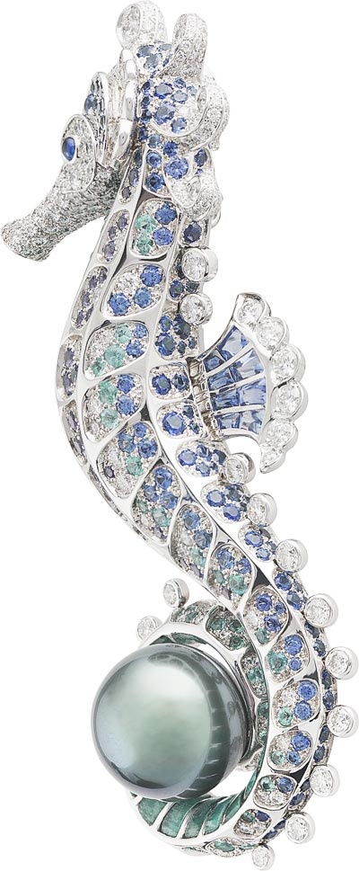 Hippocampe clip: Gray cultured pearl, blue and mauve sapphires, Paraíba-like tourmalines, amazonite, diamonds. © Van Cleef &Arpels