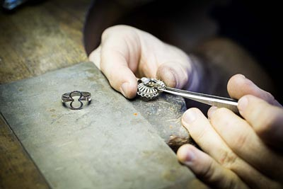 Savoir-faire: Adria ring © Van Cleef &Arpels - Jewelry work - adjusting