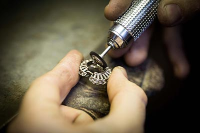 Savoir-faire: Adria ring © Van Cleef &Arpels - Jewelry work - pre-polishing