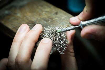 Savoir-faire: Lagune Précieuse necklace © Van Cleef &Arpels - Jewelry work - work on thegold structure