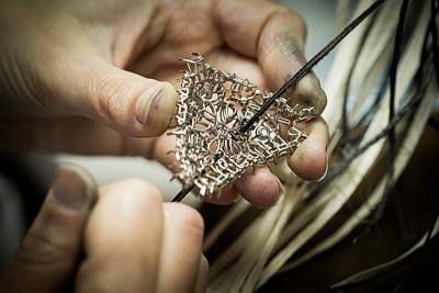Savoir-faire: Lagune Précieuse necklace © Van Cleef &Arpels - Polishing work - thread polishing