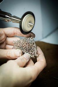 Savoir-faire: Lagune Précieuse necklace © Van Cleef &Arpels - Polishing work - brush polishing