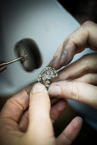 Savoir-faire: Lagune Précieuse earrings © Van Cleef &Arpels - Polishing work - pad polishing