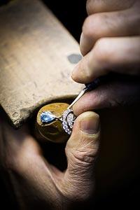 Savoir-faire: Lagune Précieuse earrings © Van Cleef &Arpels - Setting work - birght cut creating