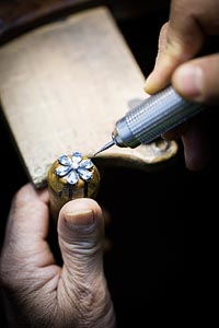 Savoir-faire: Lagune Précieuse earrings © Van Cleef &Arpels - Setting work - prong setting