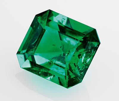 Ancône ring: One octogonal-cut emerald of3.28 carats (origin: Colombia).© Van Cleef &Arpels