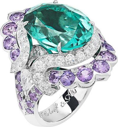 Nœud Marin ring: Oval-cut green tourmaline of10.78 carats, mauve sapphires, diamonds © Van Cleef &Arpels