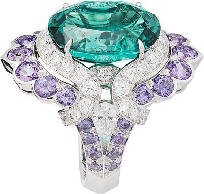 Nœud Marin ring: Oval-cut green tourmaline of10.78 carats, mauve sapphires, diamonds © Van Cleef &Arpels<