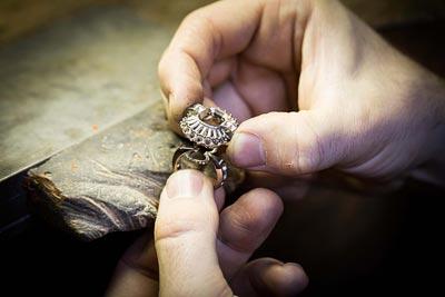 Savoir-faire: Adria ring © Van Cleef &Arpels - Jewelry work - assembling