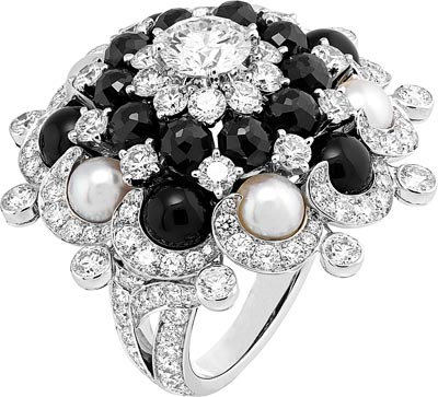 Tourbillon ring: White cultured pearls, black spinels, onyx, diamonds. © Van Cleef & Arpels