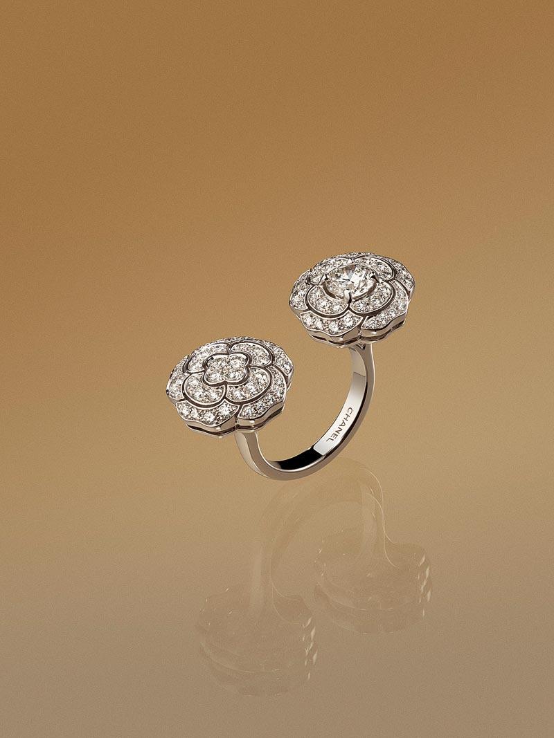 - Bague <b>Bouton deCamélia</b> enor blanc 18 carats etdiamants