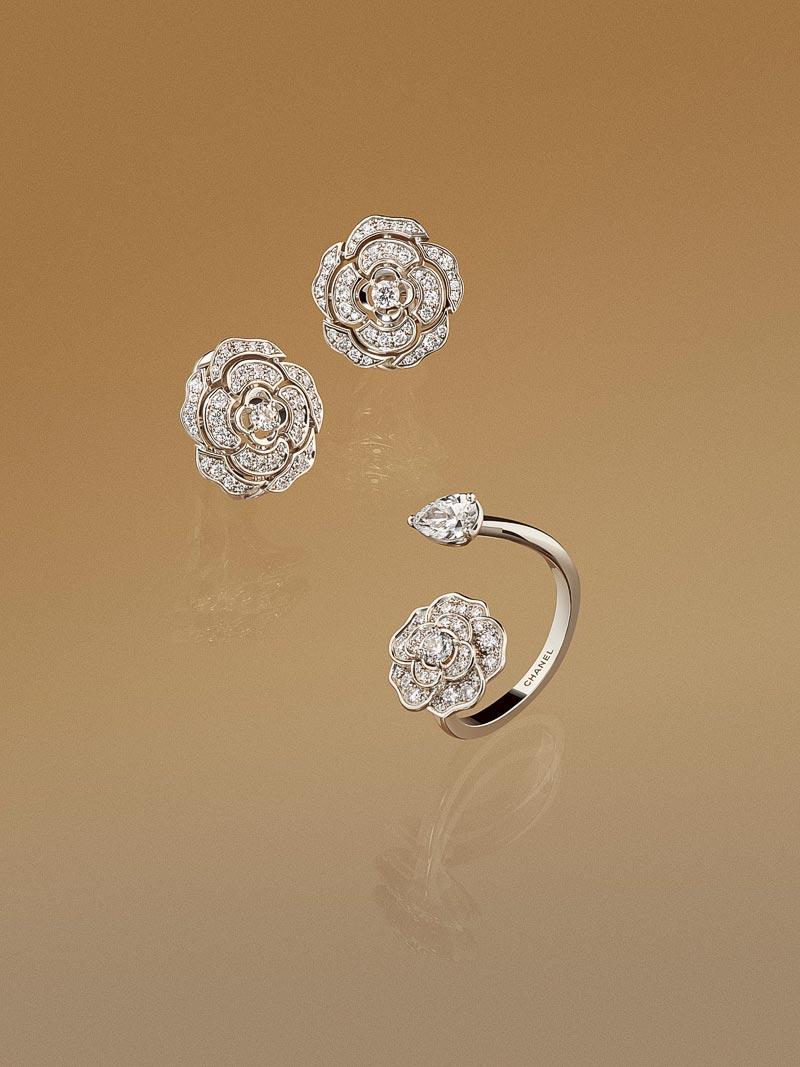 - Bague <b>Camélia Précieux</b> enor blanc 18 carats etdiamants<br>Boucles d'oreilles <b>Bouton deCamélia</b> enor blanc 18 carats etdiamants