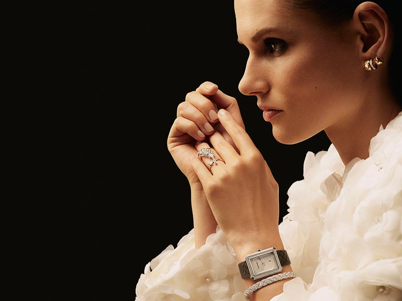 Bague PLUME DE CHANEL en or blanc 18 carats, or jaune et diamants.Montre BOY FRIEND en acier et diamants, bracelet en cuir de veau matelassé noir, 34.6 mm, mouvement quartz.Bracelet COCO CRUSH en or blanc 18 carats et diamants.Boucles d'oreilles COCO CRUSH en or blanc 18 carats, or jaune et diamants.