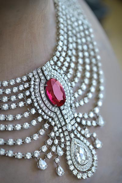 In theworkshops. Cartier - Biennale de Paris, 2014 - Detail ofthe 15.29-carat intense red ruby fromAfrica necklace without itsruby choker