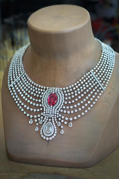 In theworkshops. Cartier - Biennale de Paris, 2014 - Necklace around the15.29-carat intense red ruby fromAfrica without itsruby choker