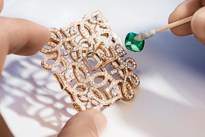 - Preparing to place thecentral emerald on thegem-set motif <b>G37M6900</b>