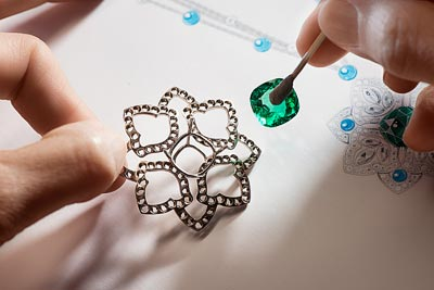 - Preparing to place thecentral emerald on thesketch ofthe motif <b>G37M6900</b>