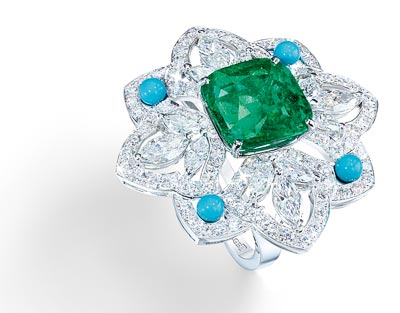 Ring in18K white gold set with1 cushion-cut emerald (approx. 7.29 cts), 12 marquise-cut diamonds (approx. 1.20 cts), 4 turquoise beads (approx. 0.50 ct) and 130 brilliant-cut diamonds (approx. 3.12 cts). Ref.: G34HH300 - Four-leaved flower-ring witha Colombian emerald <b>G34HH300 </b>