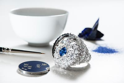 Secret ring in18K white gold set with1 cushion-cut blue sapphire (approx. 1.43 cts), 71 marquise-cut diamonds (approx. 4.83 cts), 78 brilliant-cut diamonds (approx. 2.67 cts) and enamel. Ref.: G34HC200