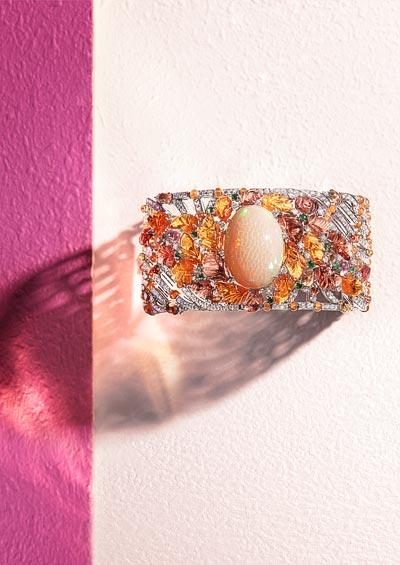 Été Indien bracelet: Platinum, one 24.91-carat oval-shaped cabochon-cut opal fromEthiopia, carved garnets, carved mandarin garnets, mandarin garnet beads, cabochon-cut coloured sapphires, round-cut tsavorite garnets, brilliant-cut diamonds.