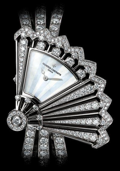 Délicate broderie delumière «En pivotant, l'éventail dévoile une petite lucarne denacre blanche survolée dedeux aiguilles» - Réf.: 37531/F04G-B060