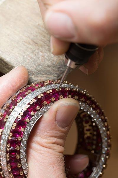 - Préparation duserti desdiamants sur lesclous