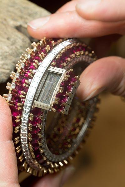 - Positionement dusystème detiroir pouraccueillir lemodule horloger